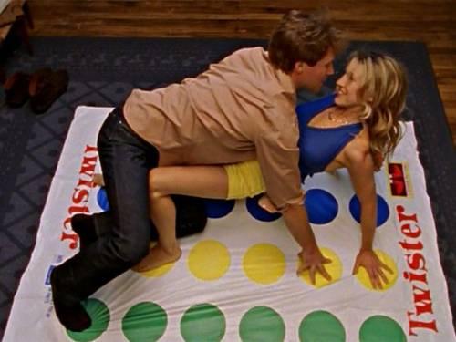 Игра Твистер/Twister – танцы на разноцветных кругах